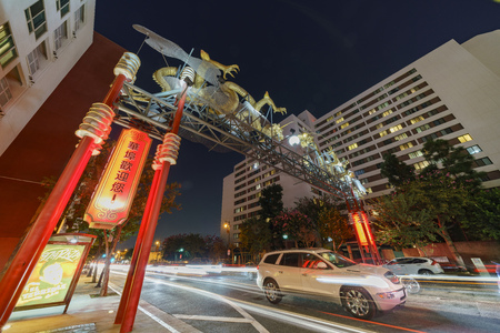 ortseingangsschild: Los Angeles, OCT 19: Night view of the dragon entrance gate of Chinatown district on OCT 19, Los Angeles, California, United States Editorial