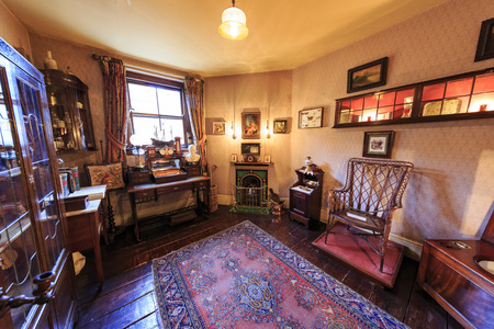 London, NOV 14: Interior view of the famous The Sherlock Holmes Museum on NOV 14, 2015 at London, United Kingdom 新聞圖片