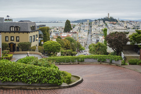 San Fransisco, 17 april: De beroemde Lombard Street in een bewolkte dag op 17 april 2017 in San Francisco, Californië