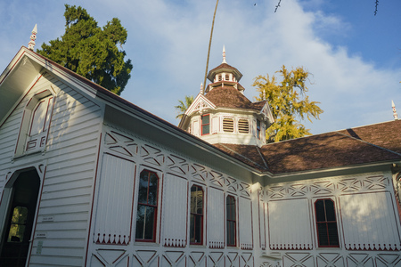 The beautiful Queen Anne Cottage at Los Angeles County Arboretum 報道画像