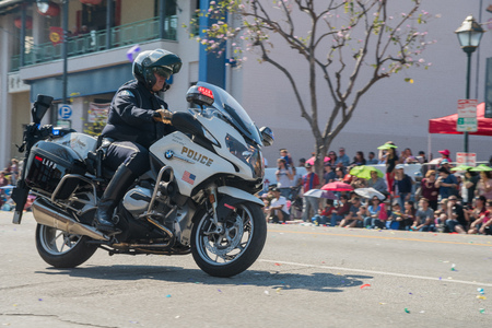 Los Angeles, FEB 17: Police with motorbike at Golden Dragon Parade on FEB 17, 2018 at Los Angeles, California 에디토리얼