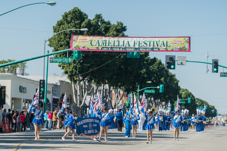 Temple City, FEB 24: Kranz Intermediate School Marching band performance of the famous 74th Camellia Festival Parade on FEB 24, 2018 at Temple City, Los Angeles 新聞圖片