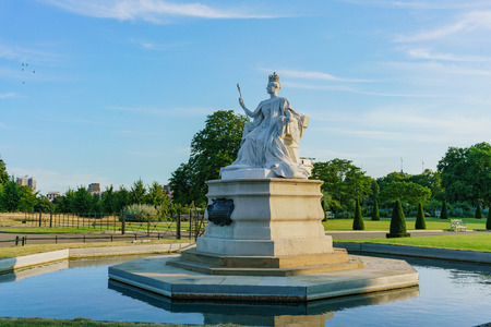 Afternoon view of the famous Queen Victoria Statue in Hyde Park at London, United Kingdom 報道画像