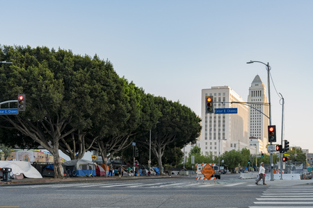 Los Angeles, JUL 12: City hall and homeless tent on the road on JUL 12, 2018 at Los Angeles, California 에디토리얼