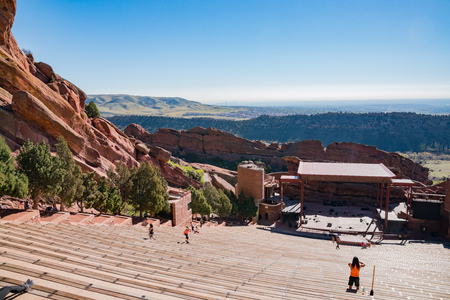 Denver, MAY 5: Beautiful landscape of Red Rocks Colorado on MAY 5, 2017 at Denver, Colorado 版權商用圖片 - 106041755