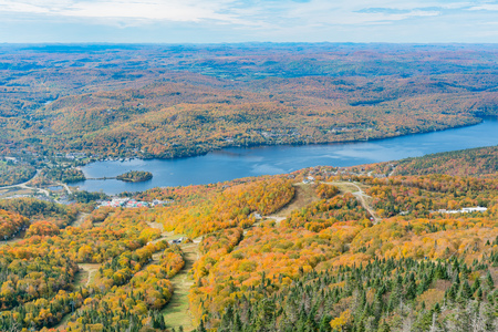 Aerial view of Mont-Tremblant National Park with Lake Tremblant in fall color at Quebec, Canada Standard-Bild - 116603218
