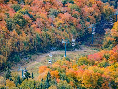 Vista aérea del Parque Nacional de Mont-Tremblant en color de otoño en Quebec, Canadá