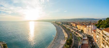 Luchtfoto zonsondergang van de beroemde Angel's Bay, Nice in Frankrijk