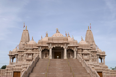 Exterior view of the famous BAPS Shri Swaminarayan Mandir at Chino Hills, California Imagens - 120317615