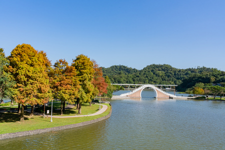 Vista de la tarde del Puente de la Luna en el Parque Dahu