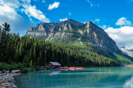Der wunderschöne Lake Louise und die Berge bei Banff, Kanada