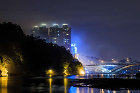 Dusk view of the Bitan Suspension Bridge at Xindian District, Taipei, Taiwan 스톡 콘텐츠