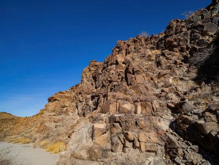 Sunny view of the beautiful landscape around Petroglyph Canyon Trail Las Vegas, Nevada 免版税图像
