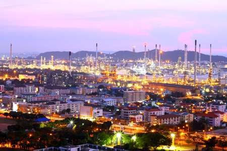 ta: Landscape view of an oil refinery.