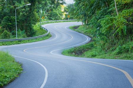 La strada curva su per la montagna in Thailandia