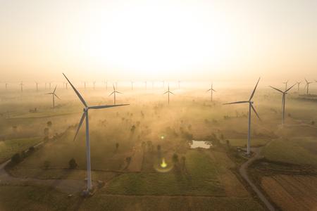 Luchtfoto van windturbine. Duurzame ontwikkeling, milieuvriendelijk, hernieuwbare energieconcept. Stockfoto