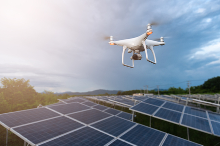 Drones vliegen over zonnecellen. Onderzoeksconcept Stockfoto