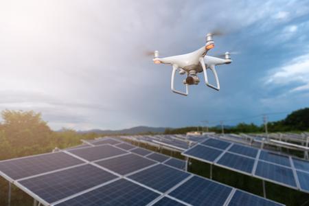 Drones volando sobre células solares concepto de encuesta. Foto de archivo