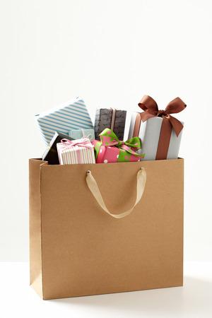 흰색 배경의 선물 상자와 쇼핑 가방입니다. 쇼핑 가방 선물 상자. 선물의 그룹입니다.