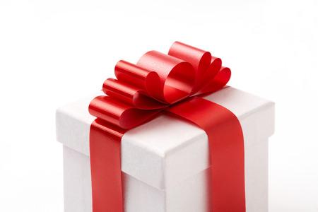 white gift box on white background. white Gift box with red ribbon. Standard-Bild