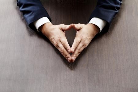 lenguaje corporal: empresario que se sientan en la mesa Foto de archivo