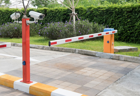 automatische slagboom voor dorpsveiligheidssysteem met CCTV