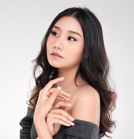 Belle jeune femme asiatique avec une peau fraîche et propre, détournez le regard, soins du visage beauté fille. Soin du visage, cosmétologie, beauté et spa. Banque d'images