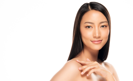 Bella giovane donna asiatica con lo sguardo pulito e fresco della pelle. Cura del viso di bellezza della ragazza. Trattamento facciale. Cosmetologia, bellezza e spa.