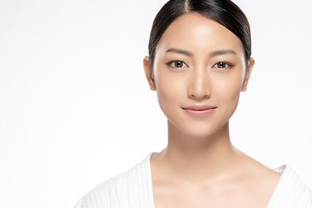 Belle jeune femme asiatique avec une peau propre et fraîche. Soins du visage beauté fille. Traitement facial. Cosmétologie, beauté et spa.