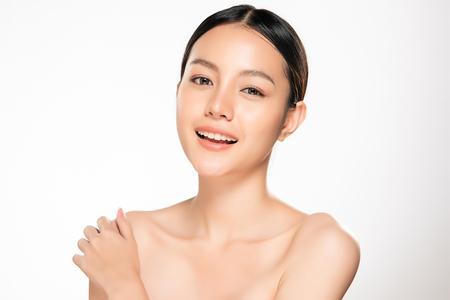 Schöne junge asiatische Frau mit sauberem frischem Hautblick. Mädchen Schönheit Gesichtspflege. Gesichtsbehandlung. Kosmetologie, Schönheit und Spa. Standard-Bild