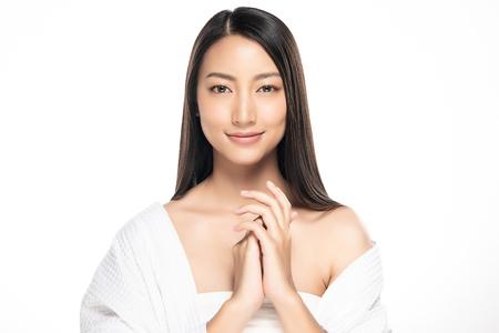 Schöne junge Frau mit sauberer frischer Haut. Gesichtspflege . Gesichtsbehandlung . Kosmetik, Beauty und Spa. Asiatische Frauenportrait