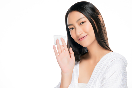 Hautpflegefrau entfernt Gesichts-Make-up mit Wattestäbchen Standard-Bild