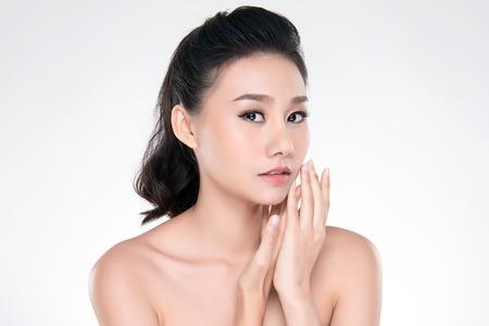 Schöne junge asiatische Frau mit sauberem frischem Hautblick. Mädchen Schönheit Gesichtspflege. Gesichtsbehandlung. Kosmetologie, Schönheit und Spa.