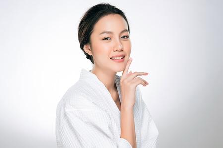 Belle jeune femme avec une peau propre et fraîche. Soins du visage . Traitement facial . Cosmétologie, beauté et spa. Portrait de femmes asiatiques