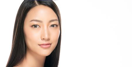 Mooie jonge vrouw met schone, frisse huid. Gezichtsverzorging . Gezichtsbehandeling . Cosmetologie, schoonheid en spa. Aziatische vrouwen portret