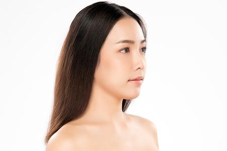 Hermosa mujer joven con piel limpia y fresca. Cuidado de la cara . Tratamiento facial . Cosmetología, belleza y spa. Retrato de mujeres asiáticas Foto de archivo