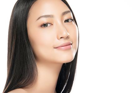 Hermosa mujer joven con piel limpia y fresca. Cuidado de la cara . Tratamiento facial . Cosmetología, belleza y spa. Retrato de mujeres asiáticas
