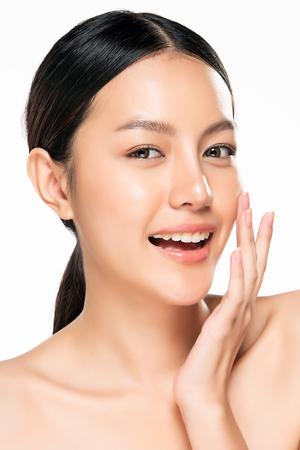Piękna młoda azjatykcia kobieta z czystym, świeżym wyglądem skóry. Piękna twarz i skóra. Zabieg na twarz. Kosmetologia, uroda i spa.