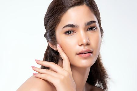 Bella giovane donna asiatica con lo sguardo pulito e fresco della pelle. Bel viso e pelle. Trattamento facciale. Cosmetologia, bellezza e spa.