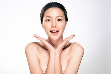 깨끗하고 신선한 피부를 가진 아름 다운 젊은 아시아 여자. 페이스 케어, 페이셜 트리트먼트, 미용, 뷰티 및 스파,