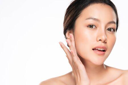 깨끗하고 신선한 피부를 가진 아름 다운 젊은 아시아 여자 터치 자신의 얼굴 스톡 콘텐츠