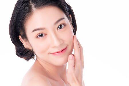 Bella giovane donna asiatica con pelle fresca pulita. Cura del viso, trattamento viso, su sfondo bianco, concetto di bellezza e cosmetici