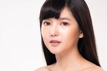 Hermosa joven asiática con piel limpia y fresca. Cuidado facial, tratamiento facial, sobre fondo blanco, concepto de belleza y cosmética Foto de archivo
