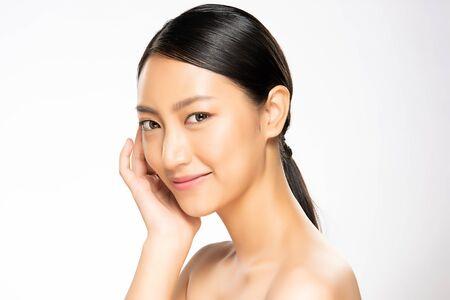 초상화 아름다운 젊은 아시아 여성 깨끗한 신선한 피부 개념. 아시아 소녀의 미인 얼굴 스킨케어와 건강 웰빙, 얼굴 치료, 완벽한 피부, 천연 화장, 흰색 배경.