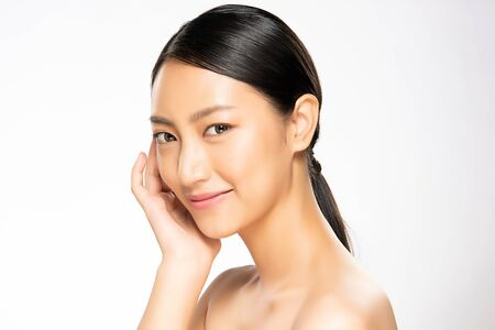 Ritratto bella giovane donna asiatica pulita concetto di pelle fresca. Ragazza asiatica bellezza viso cura della pelle e benessere della salute, trattamento viso, pelle perfetta, trucco naturale, su sfondo bianco.