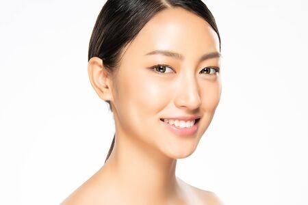 Portret piękna młoda azjatykcia kobieta koncepcja czystej skóry świeżej. Azjatyckie dziewczyny piękno twarzy Skincare i zdrowie wellness, Zabieg na twarz, Idealna skóra, Naturalny makijaż, na białym tle.