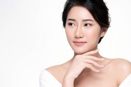 Retrato hermosa joven asiática limpia piel fresca concepto. Chica asiática belleza cara cuidado de la piel y salud, tratamiento facial, piel perfecta, maquillaje natural, sobre fondo blanco.