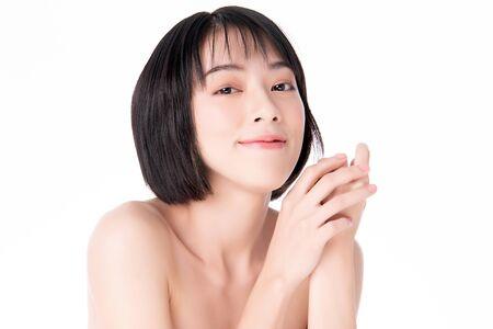 Retrato hermosa joven asiática limpia piel fresca concepto. Chica asiática belleza cara cuidado de la piel y salud, tratamiento facial, piel perfecta, maquillaje natural, sobre fondo blanco. Foto de archivo