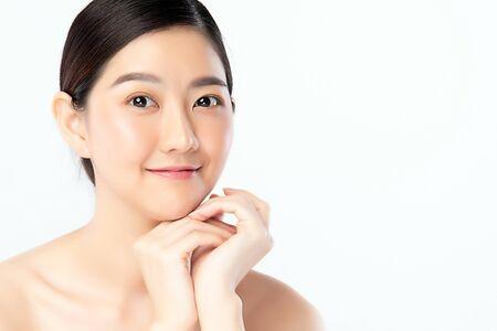 Schöne junge asiatische Frau mit sauberer frischer Haut. Gesichtspflege, Gesichtsbehandlung, Kosmetik, Schönheit und gesunde Haut und kosmetisches Konzept .woman Schönheitshaut isoliert auf weißem Hintergrund.