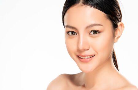 Belle jeune femme asiatique avec une peau propre et fraîche. Soins du visage, traitement du visage, cosmétologie, beauté et peau saine et concept cosmétique, peau de beauté femme isolée sur fond blanc. Banque d'images